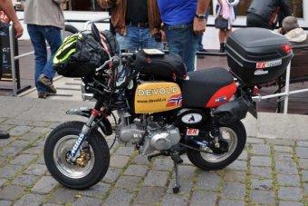 Honda Monkey jede do Afriky